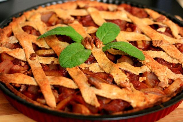 Tarta cu mere, pere si ghimbir ornata cu frunze de menta